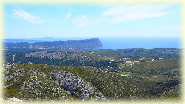 Une belle vue sur Cassis et plus loin La Ciotat, la côte et les îles varoises ...