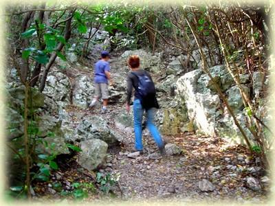 Le sentier s'enfonce dans le vallon des trois Gancets ...