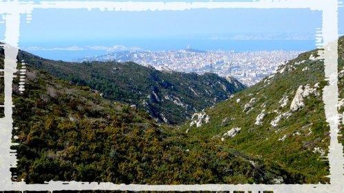 Vue de Marseille entre les collines en redescendant ...