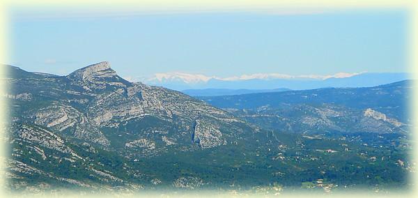 Au Nord, le Garlaban et en arrière plan les sommets enneigés de je ne sais quelle chaine de montagne !!