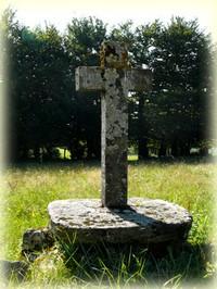 Randonnée Fontaine des trois eveques_Tarn_Les Randos de Loulou_croix hameau de sales